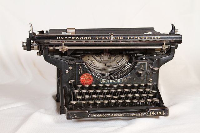 old-typing-machine-5184x3456_30055
